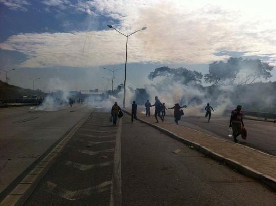 Integrantes de ocupações bloqueiam MG-010 e queimam ônibus em protesto