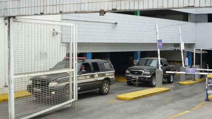 Veículos estavam dentro de estacionamento na Avenida do Contorno