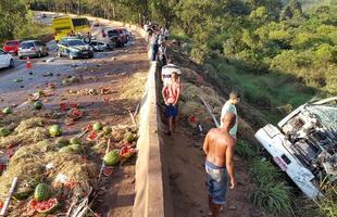 Ocorrência envolveu caminhão de melancias e dois veículos de passeio na BR-040