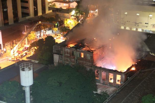 Incêndio destrói prédio anexo da Santa Casa BH