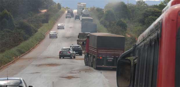 Balé da inoperância: veículos invadem a contramão para desviar de buracos na BR-251. Trecho é um dos que esperam reforma (Paulo Filgueiras/EM/D.A Press %u2013 19/1/12)