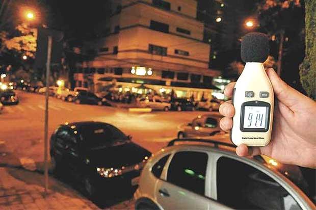 Em Lourdes, um dos locais mais movimentados da capital, aparelho registrou índice de 91,4 decibéis  (Marcos Vieira/EM/D.A Press)
