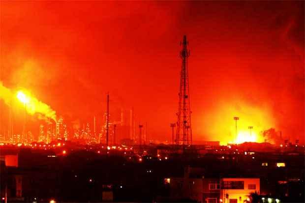 Fogo pode ser visto de longa distância depois da explosão ( (REUTERS/Carlos Velasco ))