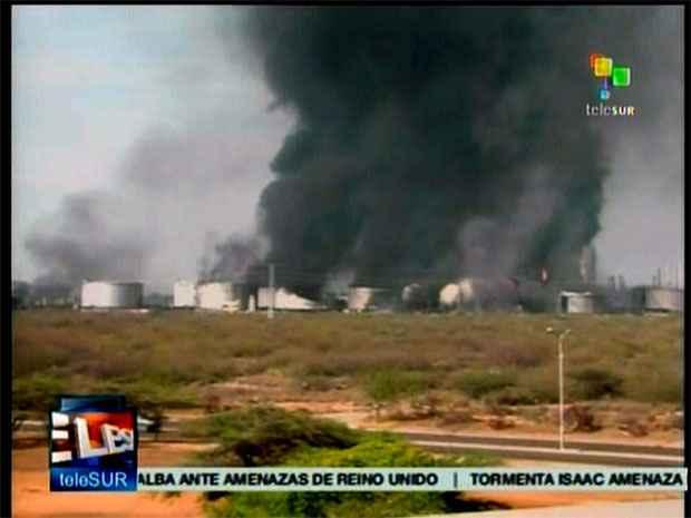 Imagem do canal venezuelano Telesur mostra fumaça oriunda do incêndio ( (AFP PHOTO/TELESUR))