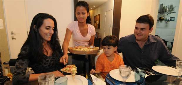 Renata Albeny, com o filho, Fernando, e o marido, Eduardo: consulta a advogado e revisão do orçamento para continuar com a doméstica Gizele Meireles, que mora com a família  (Marcos Vieira/EM/D.A Press)