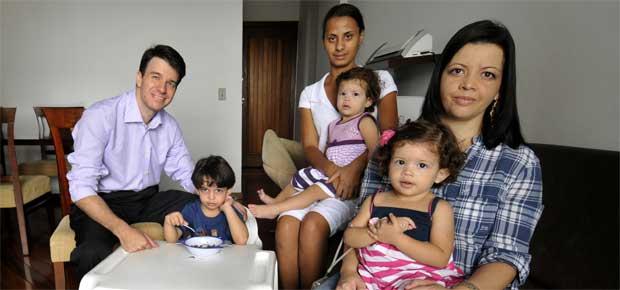 A administradora Sherley Pinheiro Inacio Ferreira com os filhos Giovana, Mateus e Isabela no colo da babá Carla Silva, e o marido Ronaldo Henrique Ferreira  (Juarez Rodrigues/EM/D.A Press)