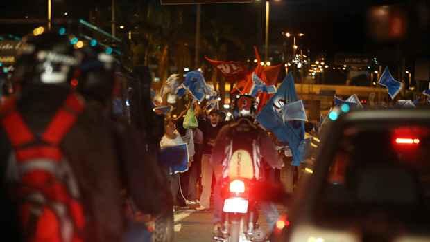 Protesto de professores estaduais fechou a Avenida Antônio Carlos às 18h (Alexandre Guzanshe/EM/DA Press)