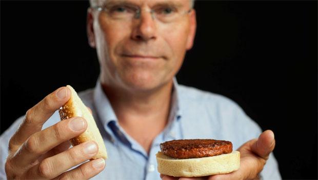 O cientista neozelandês Mark Post e sua criação - invenção pode solucionar o déficit de carne no mundo (REUTERS/David Parry/pool )