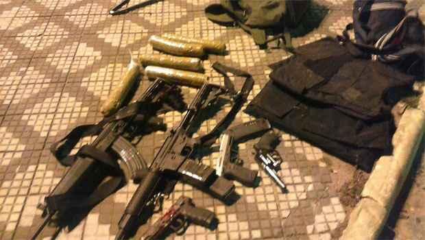 A polícia apreendeu fuzis, pistolas e bananas de dinamite que seriam utilizadas para roubos à caixas eletrônicos (O Popular.net / Reprodução)