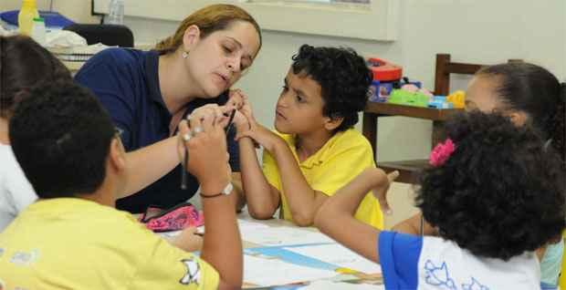 Caio tem ajuda de psicopedagoga para fazer os deveres da escola (Gladyston Rodrigues/EM/DA Press)