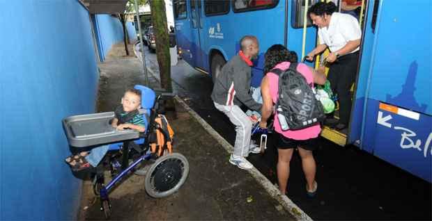 Na volta para casa, conta com ajuda para pôr Caio e Vítor no ônibus (Gladyston Rodrigues/EM/DA Press)