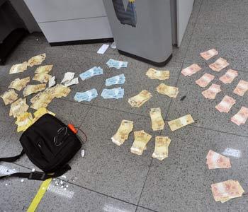 As notas expelidas pela máquina ficaram espalhadas pelo chão da agência (Leandro Couri/EM/D.A.Press)