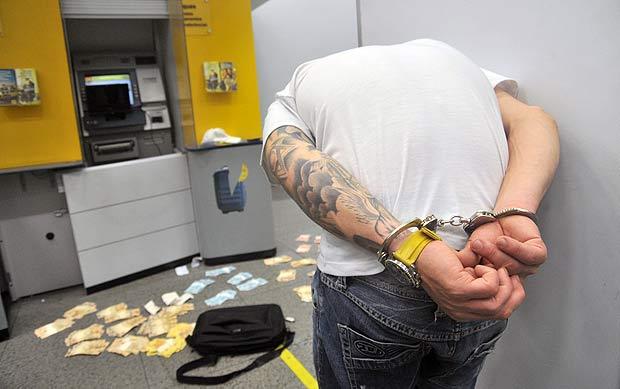 O notebook usado pelos bandidos ficou conectado ao caixa eletrônico mesmo depois da prisão (Leandro Couri/EM/D.A.Press)