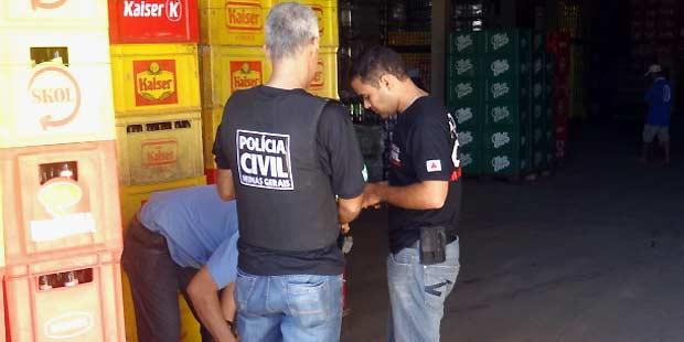 Polícia apreendeu bebida adulterada em um depósito de Curvelo (Polícia Civil/Divulgação)