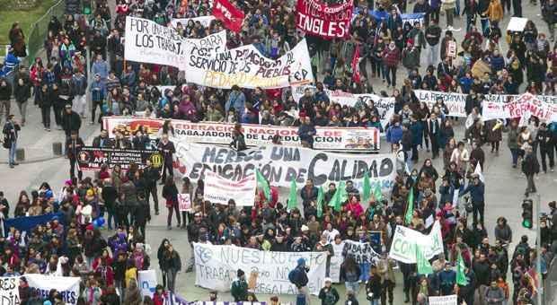 Professores tomam as ruas de Santiago em protesto (AFP PHOTO/Claudio Reyes)