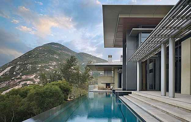 Piscina de imóvel próximo a Hong Kong (Benjamin Benschneider/Architectural Digest/Divulgação)