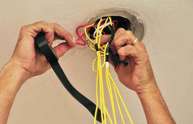 Cursos técnicos para eletricistas amadores são fundamentais para quem pretende fazer pequenos reparos em casa (Eduardo de Almeida/RA Studio)