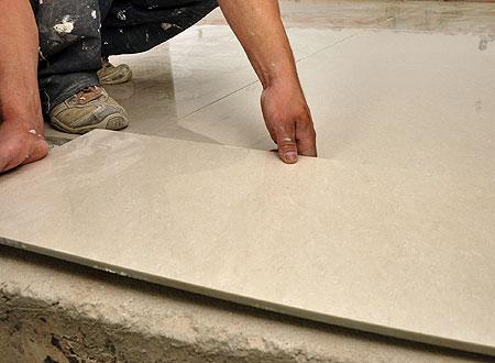 Antes de assentar o piso, uma dica dos profissionais é lavar a base da peça para facilitar a adesão à argamassa (Eduardo de Almeida/RA Studio)