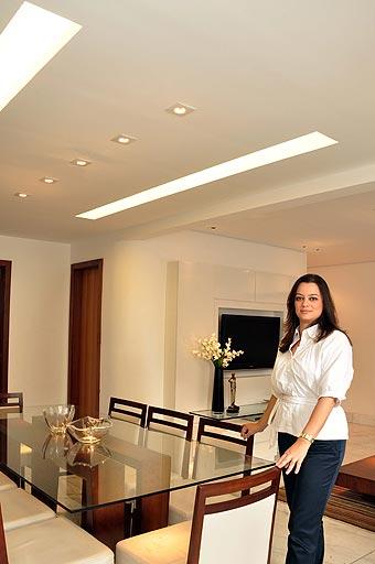 A arquiteta Adriana Morávia diz que o sistema pode ser empregado desde em forros (foto do alto) e paredes até em mobiliários (Eduardo Almeida/RA Studio)