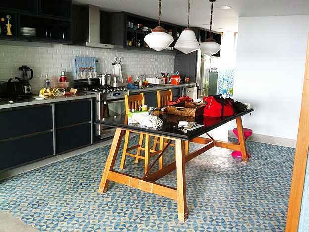 Luminárias, mesa e piso originais, na cozinha (Motta & Gruner/Divulgação)