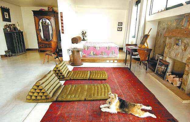 Suíte de um loft é dividida pela disposição dos móveis (Motta & Gruner/Divulgação)