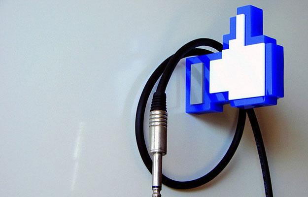 Em formato de curtida do Facebook, o cabideiro é inusitado, porém é proibido deixar objetos pesados. O preço é R$ 80  (Divulgação)