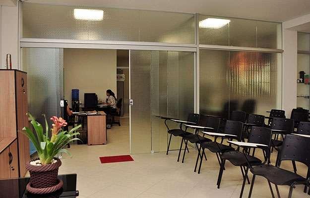 Paredes de vidro ajudam a dar leveza nos espaços e facilitam o uso da luminosidade externa (Eduardo Almeida/RA Studio)