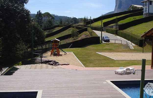 O deck feito em ecomadeira é exemplo de como tornar o espaço ao redor da piscina mais bonito, mostrando vantagens na manutenção. Material tem sido muito utilizado em aplicações externas (Ecoblock/Divulgação)