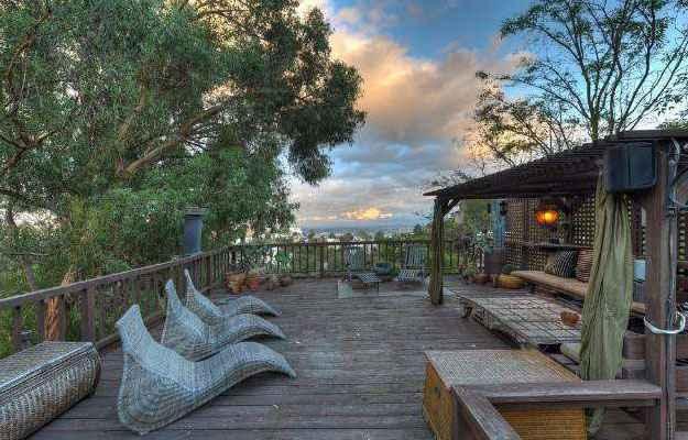 Um deck suspenso leva a casa para o alto de árvores e chega à paisagem privilegiada de Hollywood Hills (Realtor.com/Divulgação)