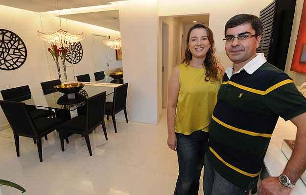 Carolina e Rodrigo Baracho trocaram pisos, bancadas e fizeram rebaixamento nos tetos (Beto Magalhães/EM/D.A PRESS )