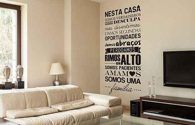 Frases em adesivos são perfeitas para pessoas descoladas, que gostam de novidades (Mudo Minha Casa/Divulgação)