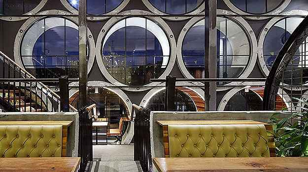 O hotel instalado em tubulações de concreto na Austrália é finalista na categoria Bar e Casa Noturna (Architizer A  Awards/Divulgação)