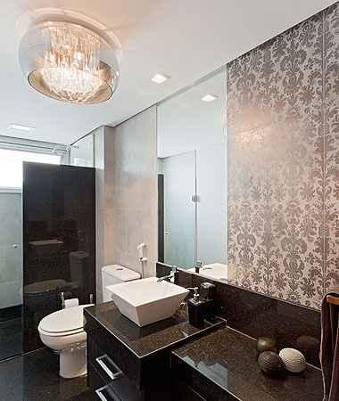 O banheiro mistura o requinte de um lavabo à praticidade para o dia a dia das crianças  (Henrique Queiroga/Divulgação)