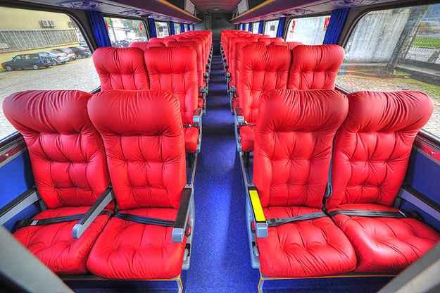 Ônibus ganhou ar-condicionado e bancos em couro sintético vermelho (Viação Cometa/Divulgação)