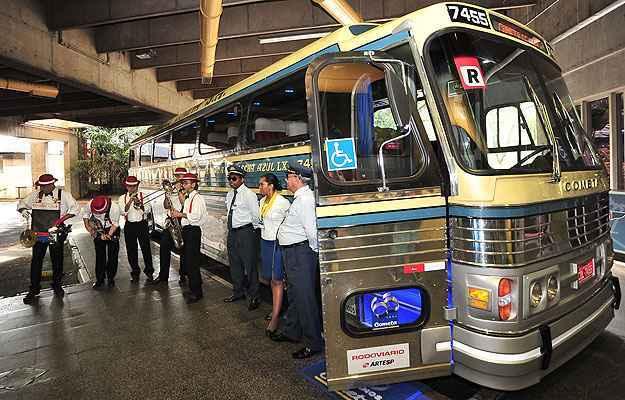 Motoristas com uniforme de época e banda para receber os últimos passageiros (Viação Cometa/Divulgação)