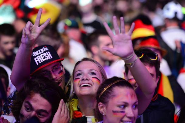Em Berlim e Nova Iorque, alemães assistem goleada contra o Brasil e comemoram resultado com muita festa
