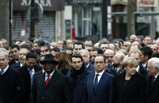 Autoridades mundiais acompanham marcha em Paris após atentado ao Charlie Hebdo. Entre os presentes, a chanceler alemã Angela Merkel e presidente palestino Mahmud Abbas