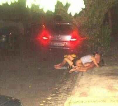 Em uma das fotos, uma casal aparece em uma calçada sem roupas (Reprodução Facebook)