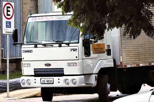 Na Universidade de Brasília (UnB), caminhão para a fim de fazer descarga em local reservado (Edilson Rodrigues/CB/D.A Press)