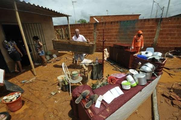 Família tenta salvar alguns dos pertences depois da casa ser invadida pela água (Ronaldo Oliveira/CB/D.A Press)