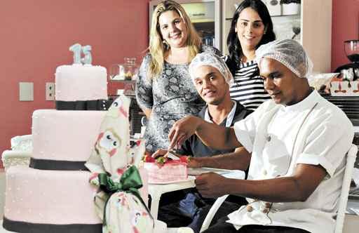 Elisa e Cecília, donas de chocolateria, contrataram Samuel e Ayslan. Os dois têm chance de ser efetivados (Edílson Rodrigues/CB/D.A Press)