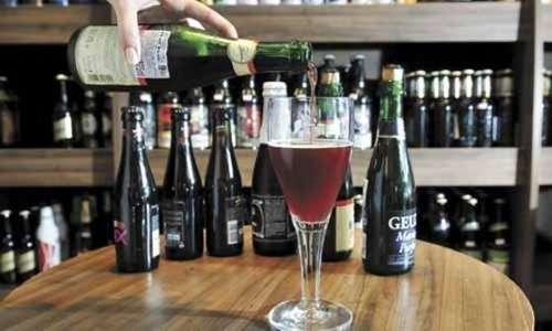 Cerveja de cereja produzida na Bélgica: para sentir o aroma da bebida encorpada e de espuma densa, basta abrir a garrafa (Marcelo Ferreira/CB/D.A Press)