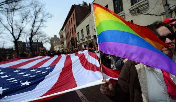 Passeata teve início no Stonewall Inn, bar onde em 1969 começou a revolta pelos direitos da comunidade homossexual nos EUA (EMMANUEL DUNAND)