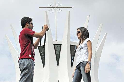 Os nordestinos Gibran Salomão e Larissa Oliveira posam em frente à Catedral: elogios  ao planejamento urbanístico (Zuleika de Souza/CB/D.A Press)