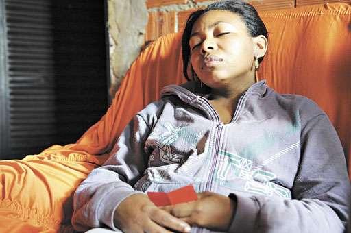 Maria Francisca, com fotos de Geovana nas mãos, soube do afogamento da filha por vizinhos: 'Eu entreguei a minha filha saudável para a escola; me devolveram só o corpo' (Bruno Peres/CB/D.A Press)
