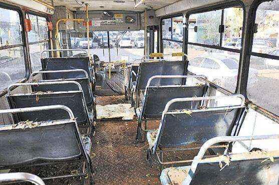 O estado do ônibus no dia seguinte ao alagamento evidencia o desespero das crianças dentro do coletivo: lama até o teto (Breno Fortes/CB/DA Press)