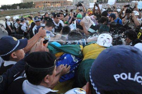 As manifestações de junho serviram como justificativa para a aquisição dos kits para a Polícia Militar: equipamentos serão usados durante a Copa (Iano Andrade/CB/D.A Press - 20/6/13)