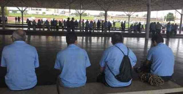 Rodoviários se reúnem em Assembleia com sindicato, no terminal do Setor O  (Bruno Peres/CB/D.A Press)