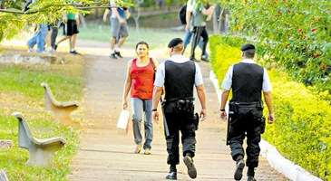 Policiais Militares em ronda: interrupção do plano foi revogada e, aos poucos, o atendimento nos hospitais e clínicas deve voltar ao normal (Rafael Ohana/CB/D.A Press - 17/6/11)