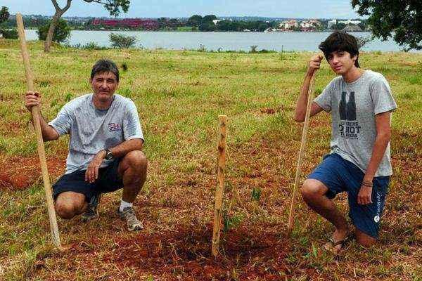 Alexandre Piovesan com o filho, Guilherme, em uma área do Lago Norte que pode ser transformada em um pontão. 'Prefiro que deixem como está' (Bruno Peres/CB/D.A Press)